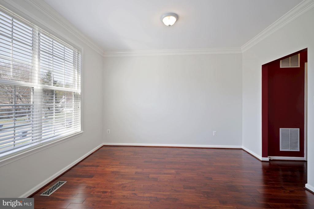 Dining room has crown molding - 1306 MONROE ST, HERNDON