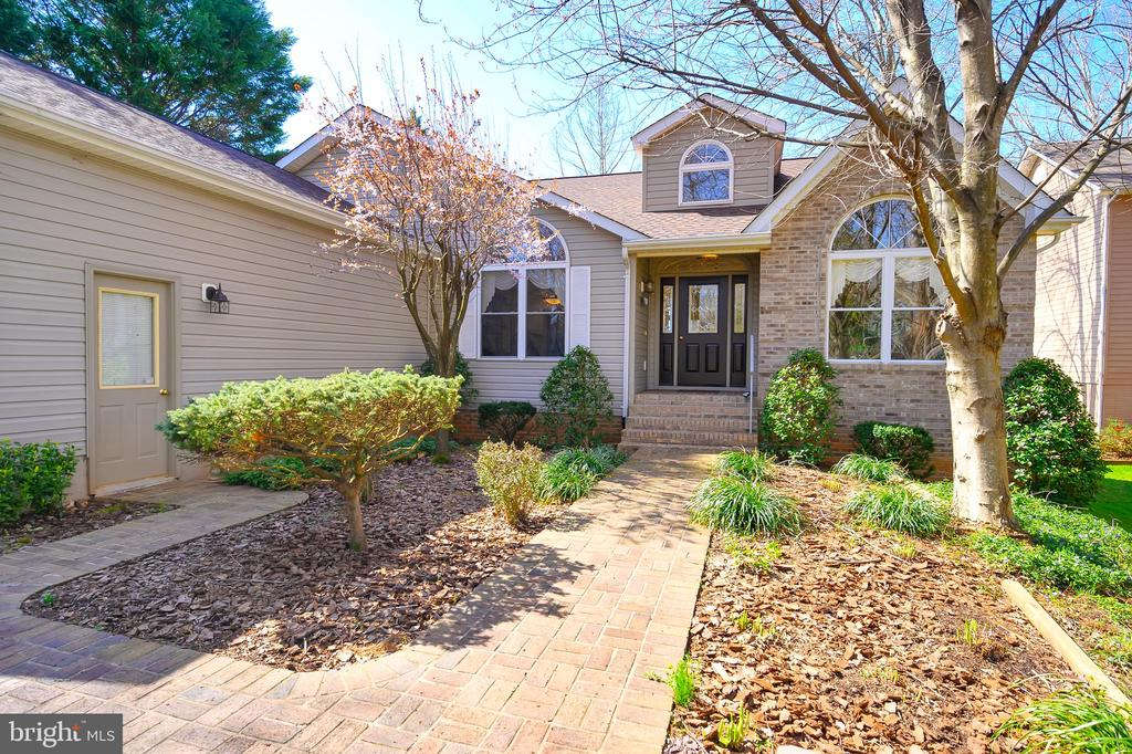 Stone accents and brick welcome you - 112 WOODLAWN TRL, LOCUST GROVE