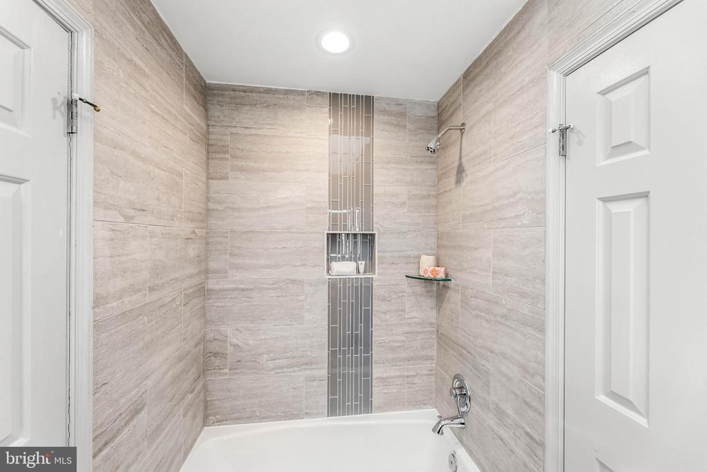 Jack and Jill Bathroom - 13219 LANTERN HOLLOW DR, NORTH POTOMAC