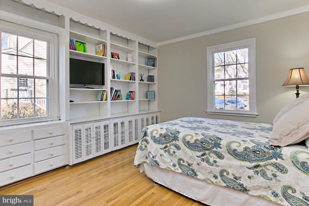 Main Level Bedroom with built-ins - 1201 SEATON LN, FALLS CHURCH