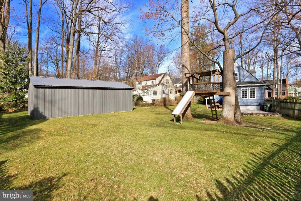Plenty of space for the kids or dogs or both! - 1201 SEATON LN, FALLS CHURCH