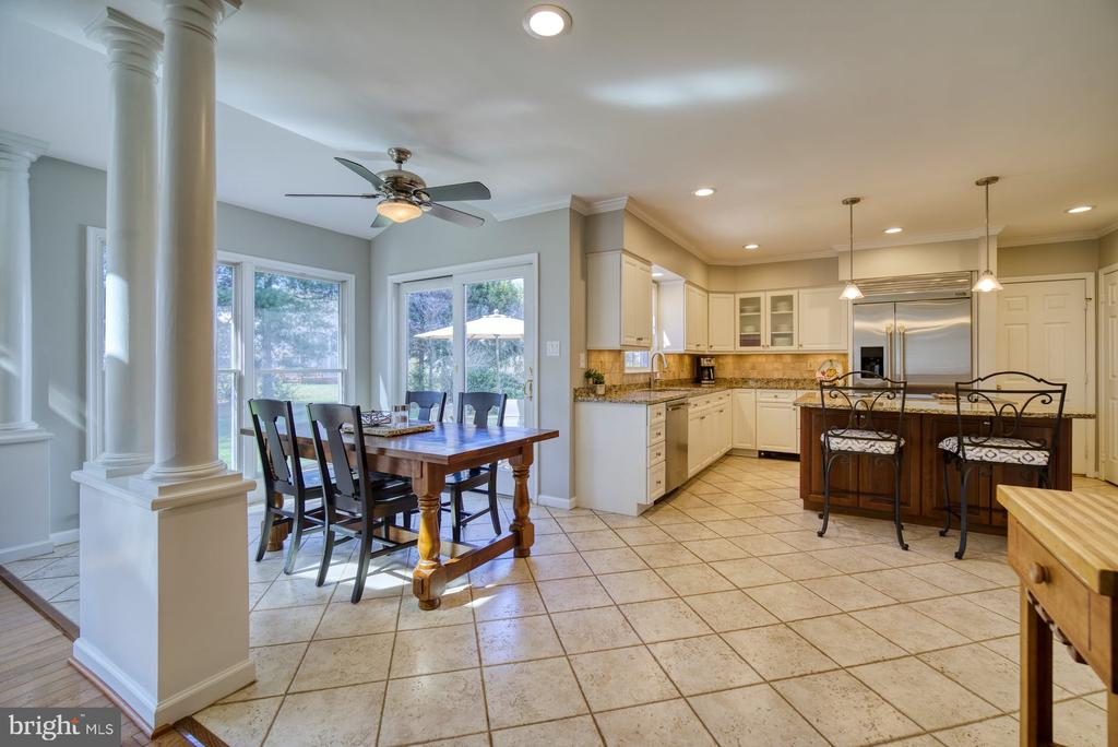 Large Kitchen w/ eating area leading to the patio - 5523 ASHLEIGH RD, FAIRFAX