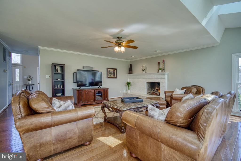 Comfortable Living in this Grand Family Room - 5523 ASHLEIGH RD, FAIRFAX