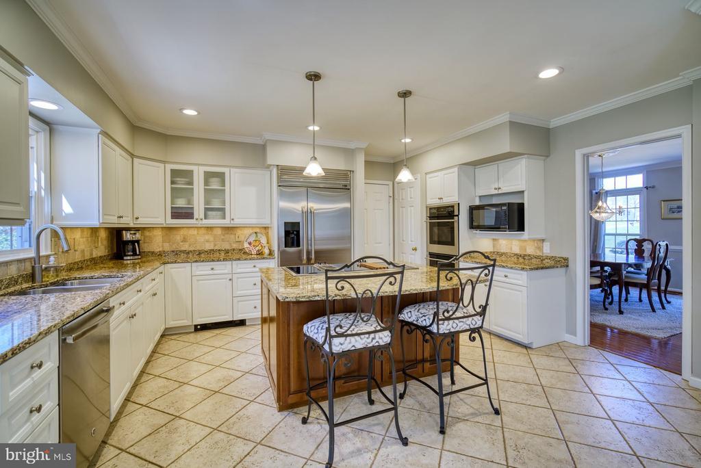 Gourmet Kitchen w/ Large Island - 5523 ASHLEIGH RD, FAIRFAX