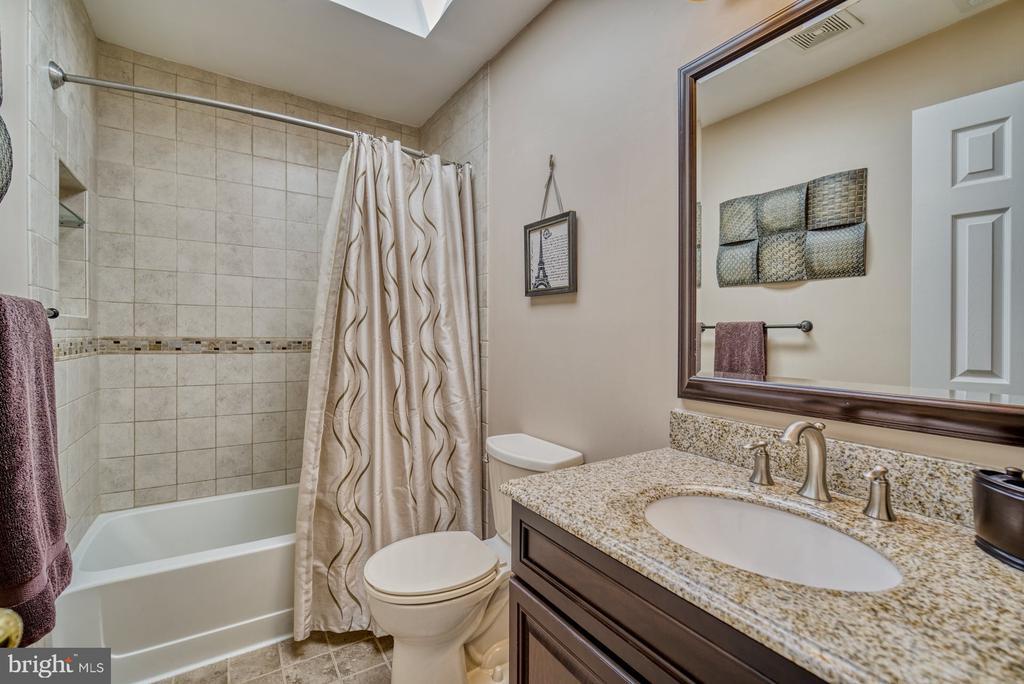 Upper Level Full Bath - 5523 ASHLEIGH RD, FAIRFAX
