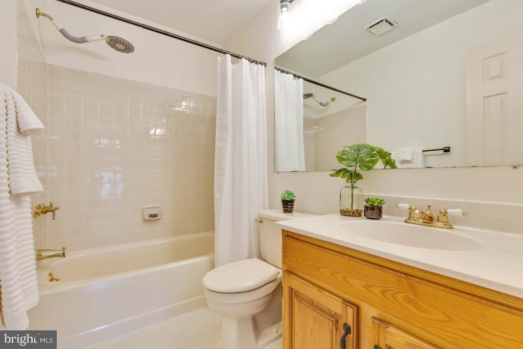 Upper level hall bathroom - 5731 MASON BLUFF DR, BURKE