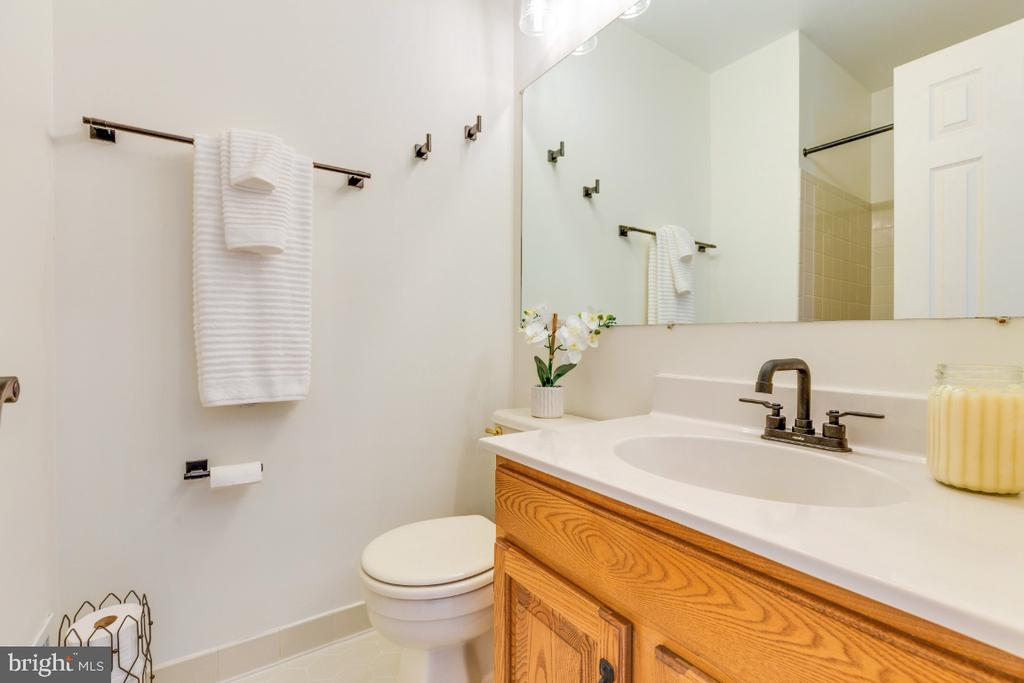 En-suite primary bathroom - 5731 MASON BLUFF DR, BURKE