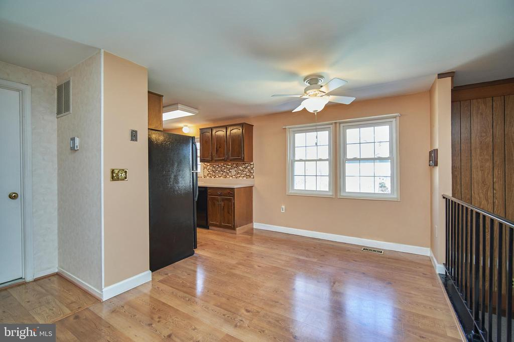 Eat-in Kitchen with Hardwood Floors - 9512 BURNING BRANCH RD, BURKE