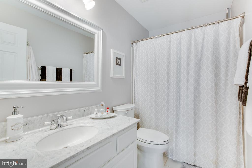 Updated upper level hallway bath with double sinks - 620 SE CURTIN PL SE, LEESBURG