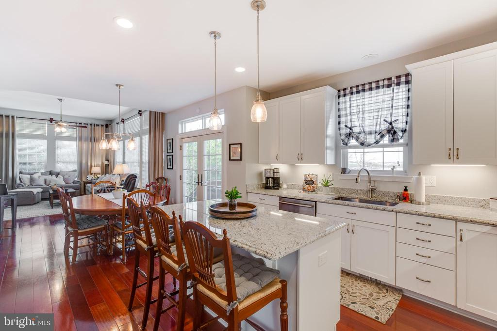 New updated kitchen with granite couters - 620 SE CURTIN PL SE, LEESBURG