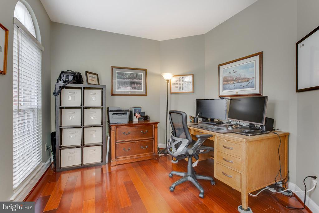 Office with gorgeous hardwood floors - 620 SE CURTIN PL SE, LEESBURG