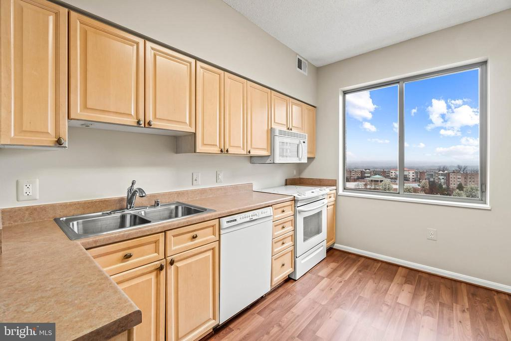 Great view from this eat-in kitchen - 19375 CYPRESS RIDGE TER #516, LEESBURG