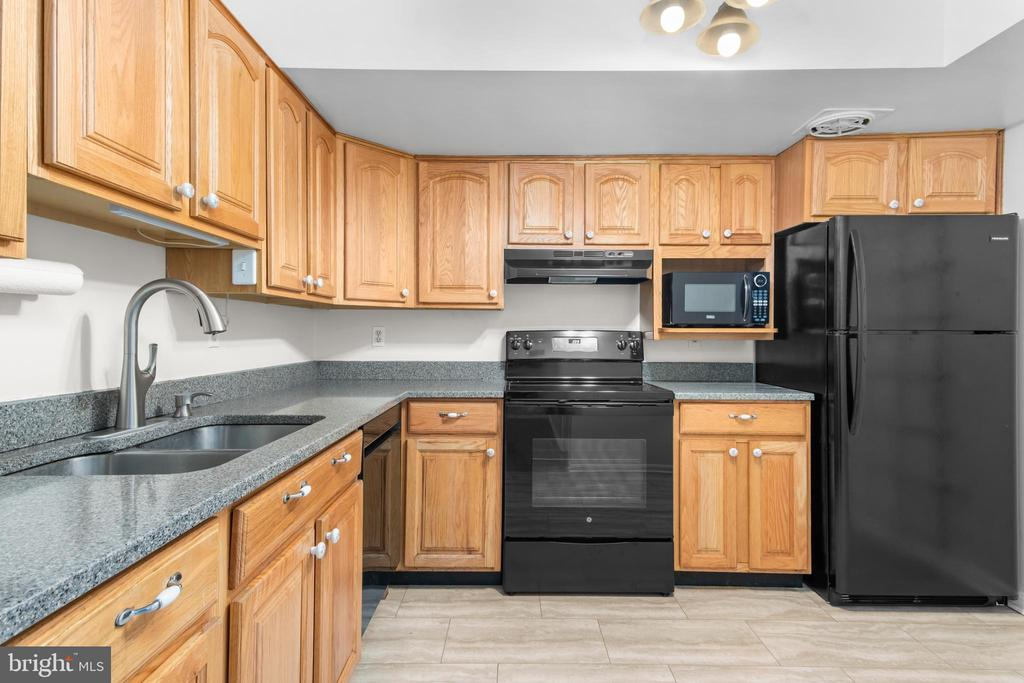 Kitchen with granite, new floor and new appliances - 6350 FENESTRA CT #129A, BURKE