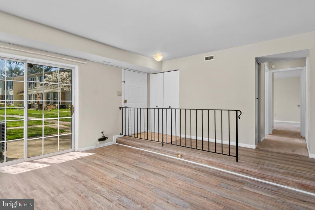 Living room with sliders to patio - 6350 FENESTRA CT #129A, BURKE