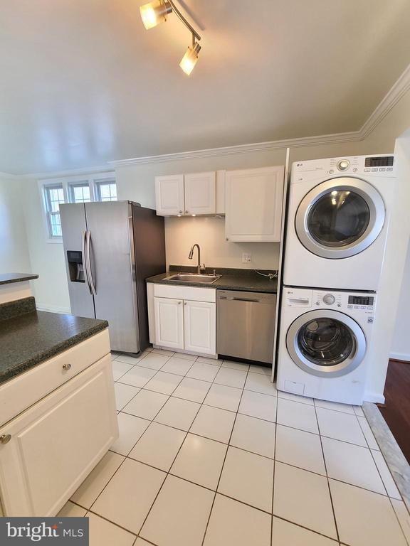 Washer and dryer inside the kitchen - 14352 SAGUARO PL, CENTREVILLE