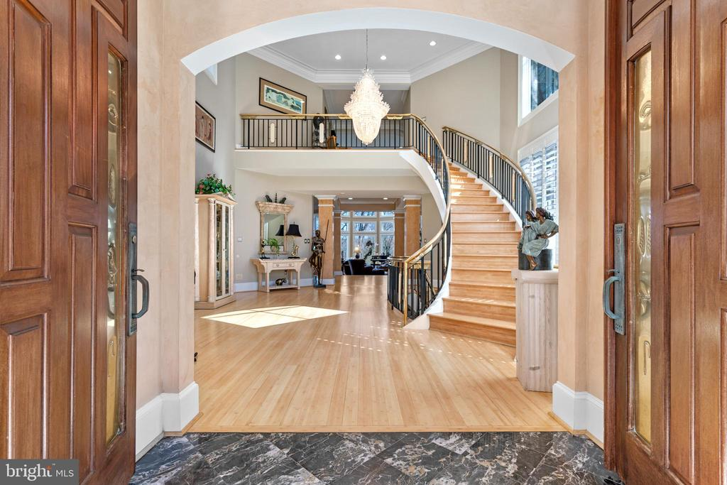Beautiful curved staircase at the entrance - 658 LIVE OAK DR, MCLEAN