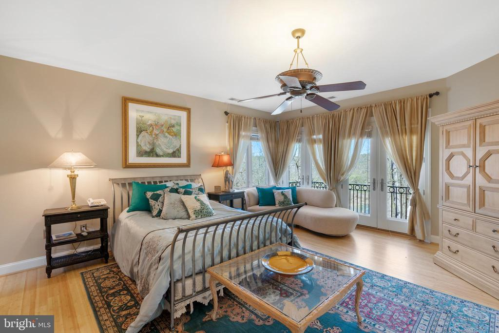 Upper level bedroom 1 w/ private balcony - 658 LIVE OAK DR, MCLEAN