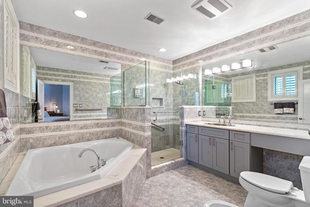 Apartement full bath - 658 LIVE OAK DR, MCLEAN