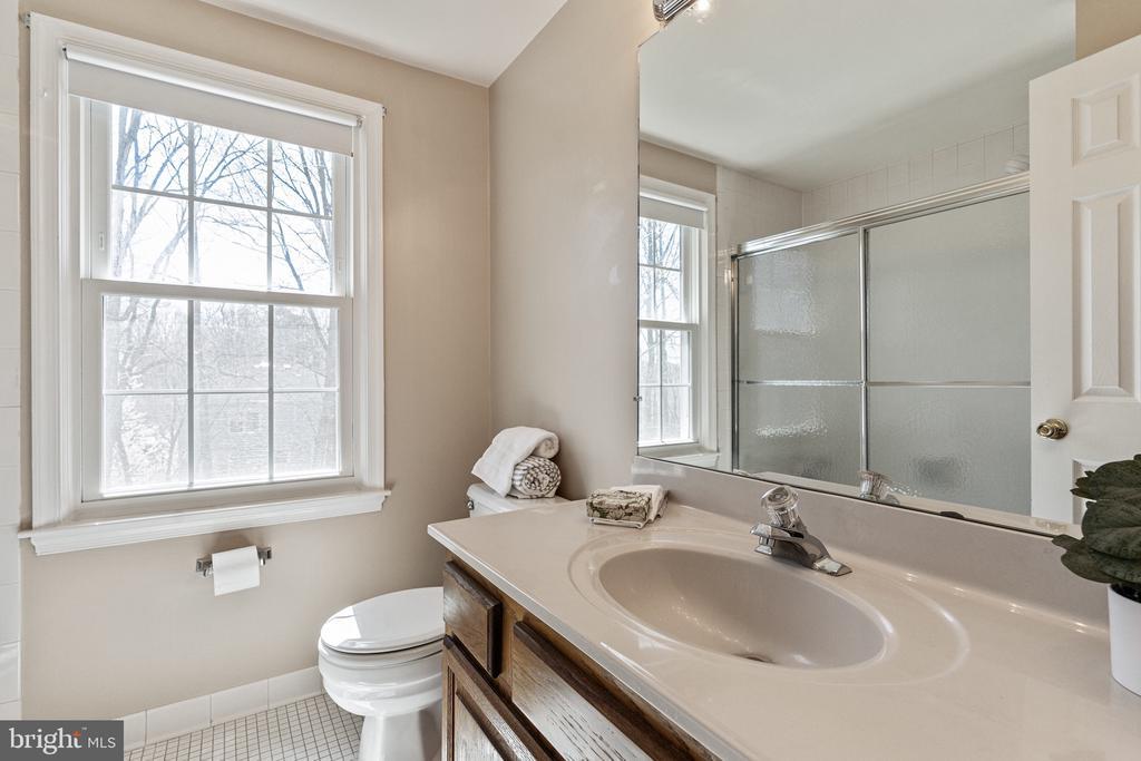 Hallway Full Bath - 9729 IRONMASTER DR, BURKE