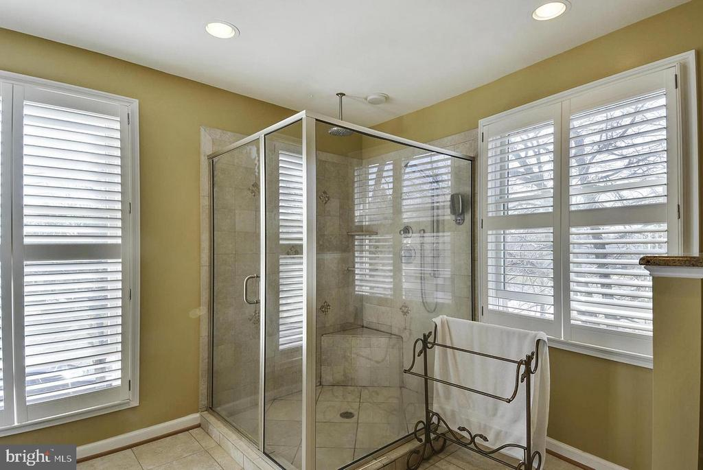 North Unit Master Bath - 5806 FLANDERS ST, SPRINGFIELD