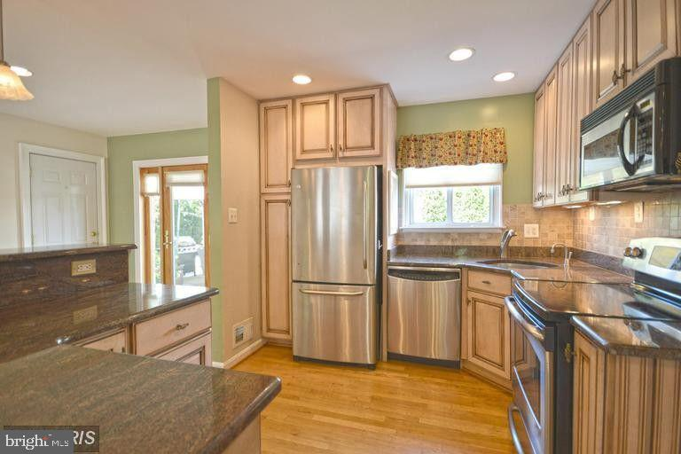 South Unit Kitchen Stainless Steel Appliances - 5806 FLANDERS ST, SPRINGFIELD