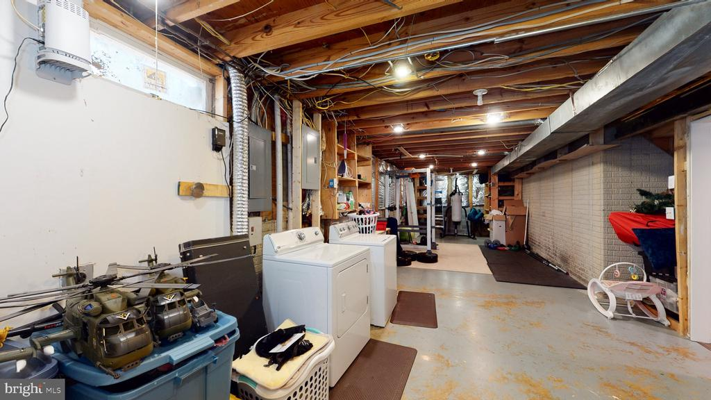 Very large storage area behind laundry - 3014 MEDITERRANEAN DR, STAFFORD
