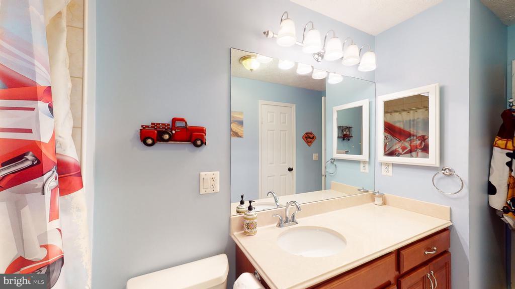 Upstairs bathroom - 3014 MEDITERRANEAN DR, STAFFORD