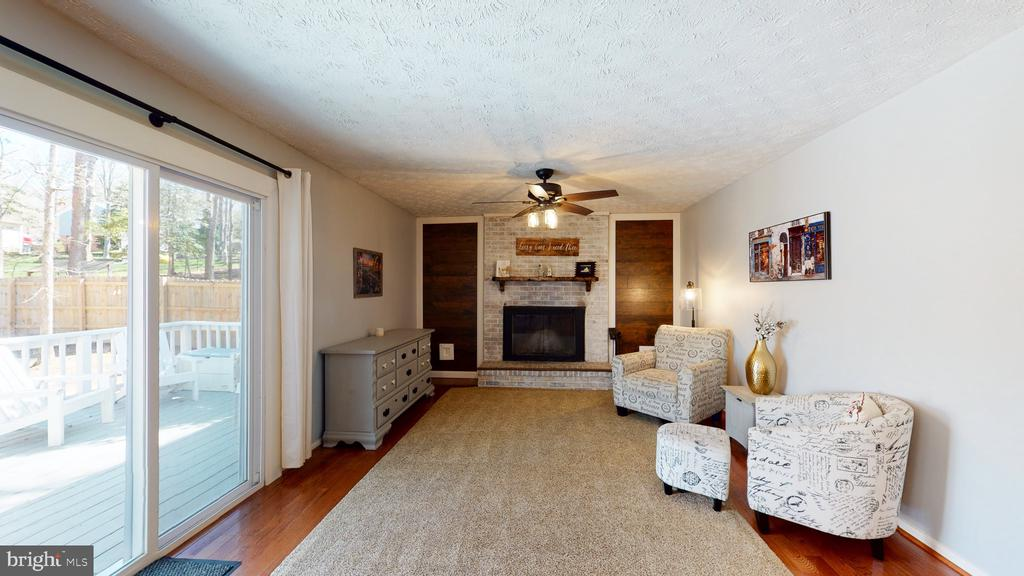 Spacious family room with wood-burning fireplace - 3014 MEDITERRANEAN DR, STAFFORD