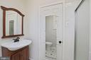 In-law suite full bathroom with standup shower - 304 W VERNON CT, STERLING