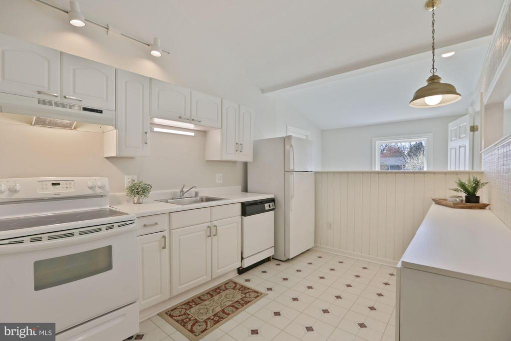 In-law suite boasts its own full kitchen - 304 W VERNON CT, STERLING