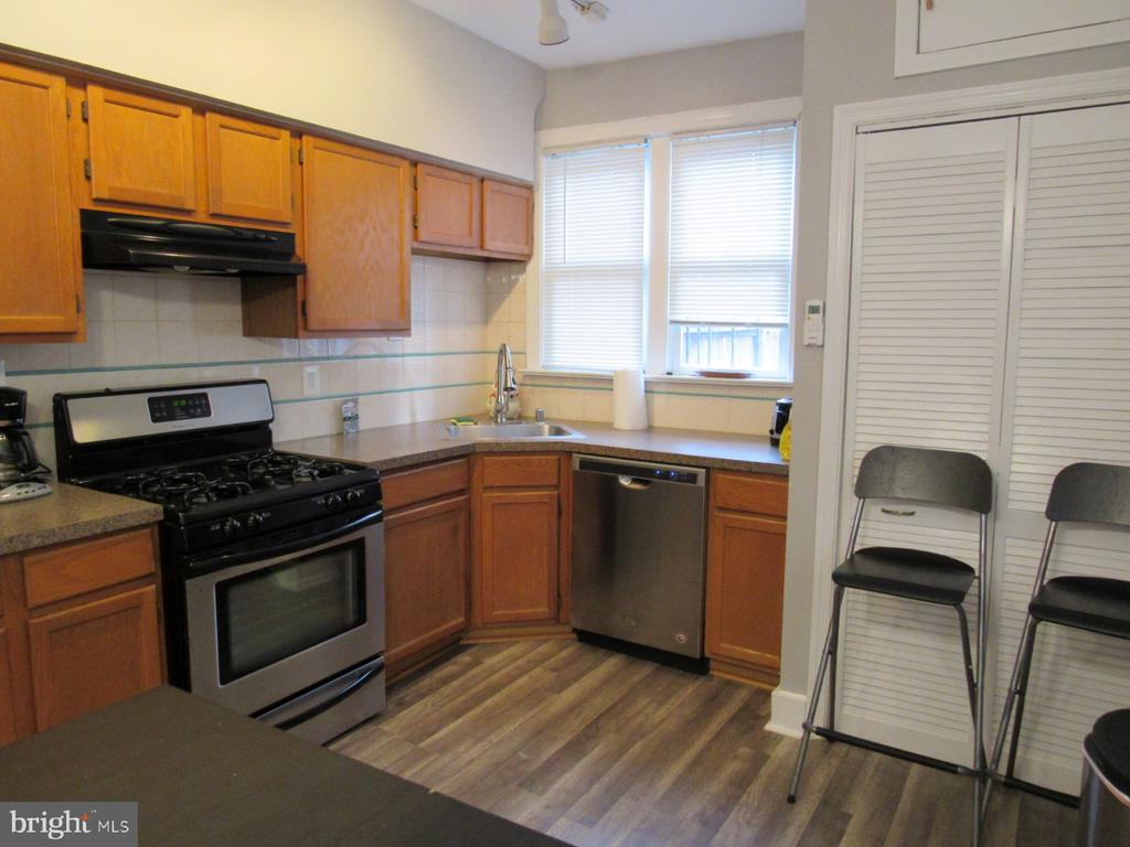 Large kitchen with plenty of counter-top space - 1440 S ST NW, WASHINGTON