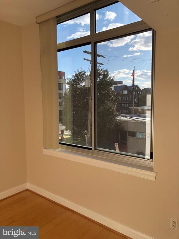 Nice sized bright bedroom with window - 1020 N HIGHLAND ST #223, ARLINGTON