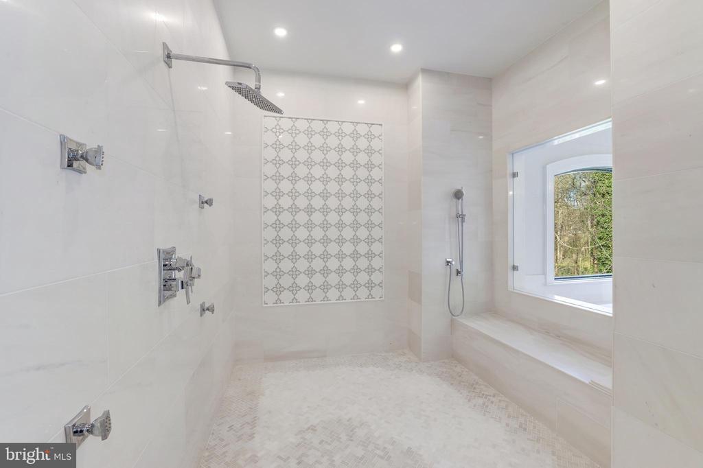 Expansive Shower - 1332 MCCAY LN, MCLEAN