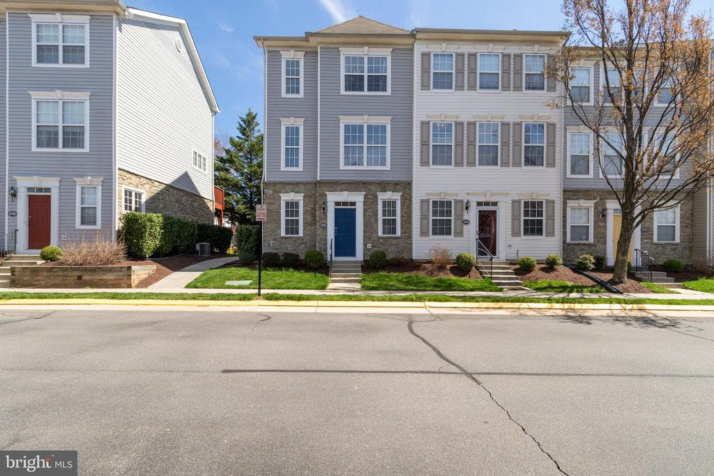 End unit Town Home! - 21786 JARVIS SQ, ASHBURN