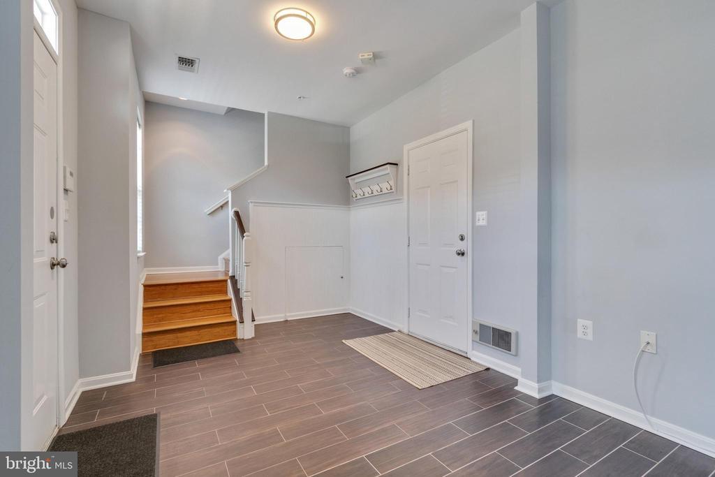 New tile flooring in entry - 21786 JARVIS SQ, ASHBURN