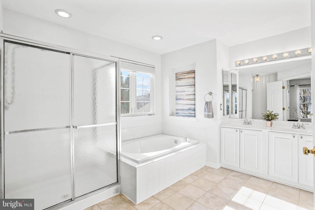 Primary bath has large shower, tub, dual sinks. - 43191 BURSTALL CT, LEESBURG