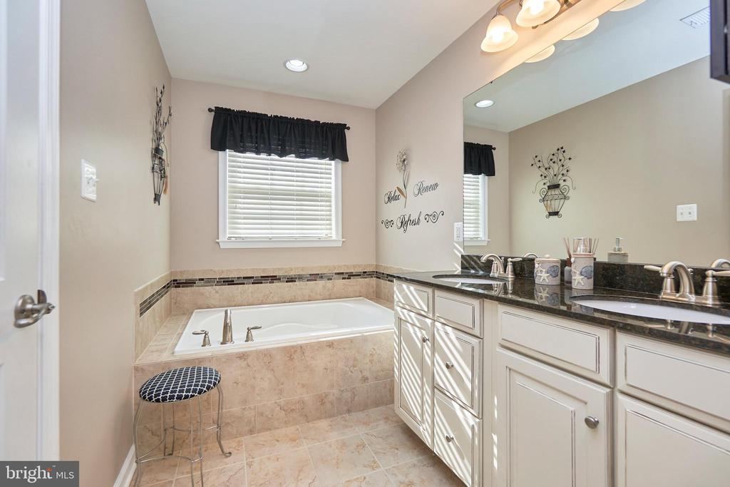 Adjoining Primary Bath - 7006 DARBEY KNOLL DR, GAINESVILLE