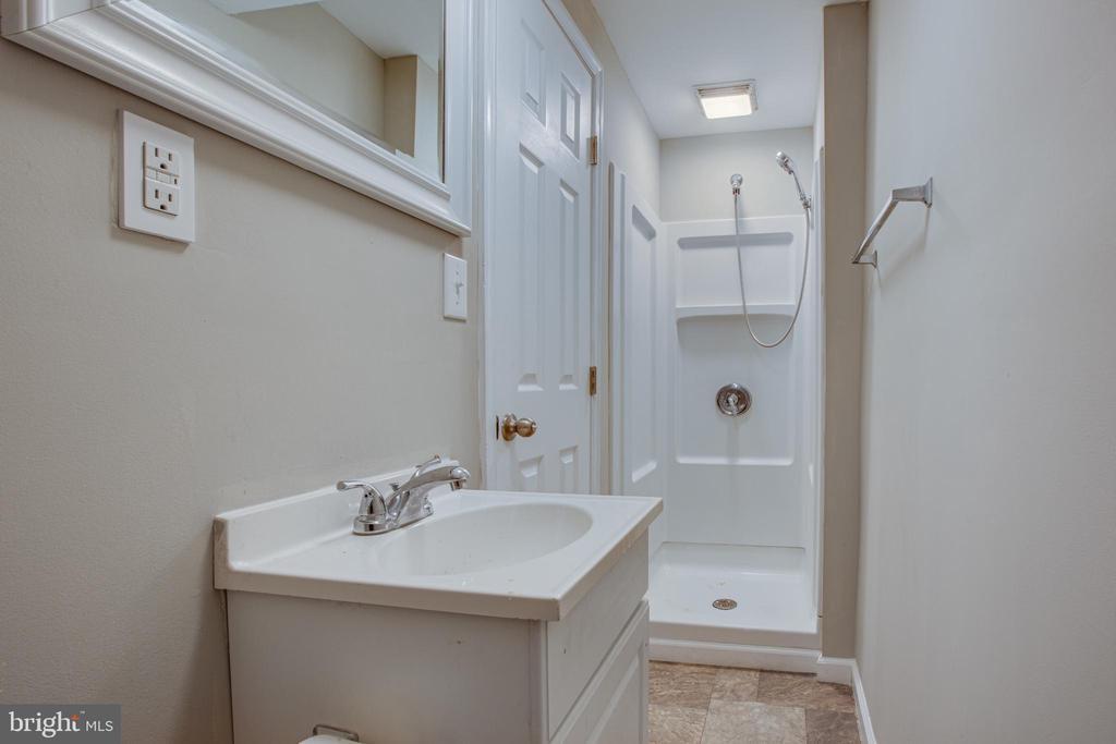 Full bath in lower level - 206 CROSSING RD, FREDERICKSBURG