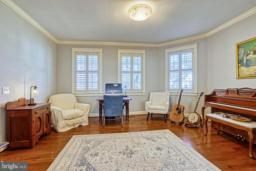 Office/Music room w/ crown moulding. - 6519 ELMHIRST DR, FALLS CHURCH