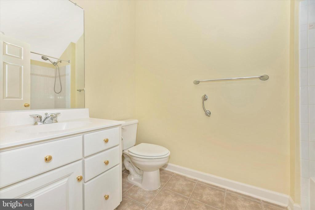 Bathroom Attached to Bedroom 4 - 7 FARMSTEAD PL, MIDDLETOWN