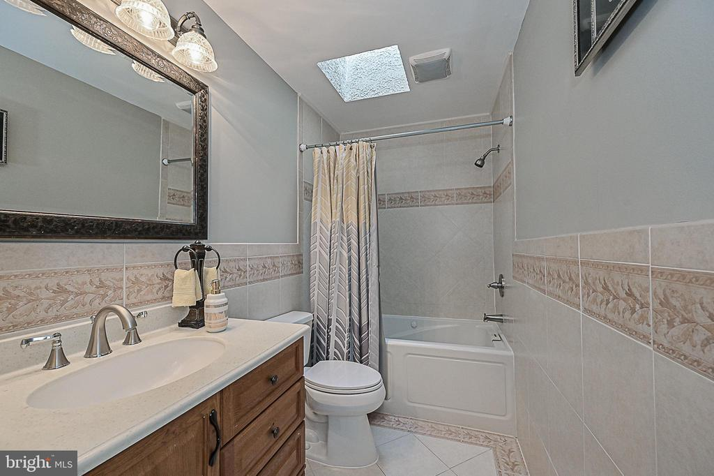 Updated upper level hall bath with skylight! - 9326 MAINSAIL DR, BURKE