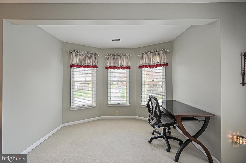 Sitting area in master suite - 9326 MAINSAIL DR, BURKE
