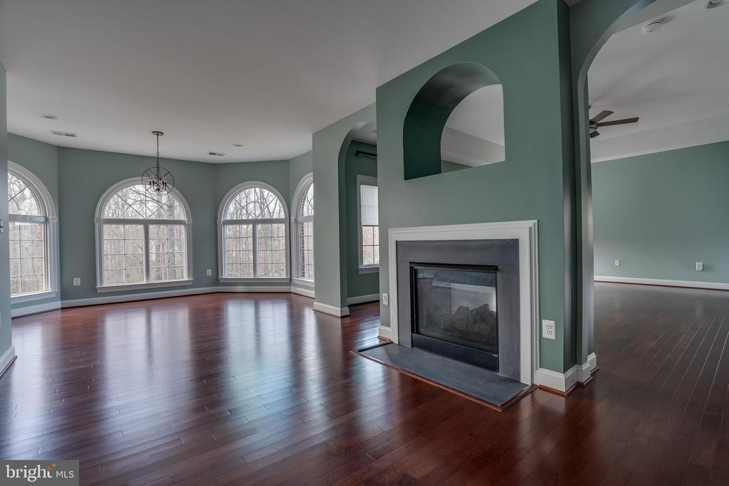 Beautiful  Master Bedroom with Fire Place - 22441 BEAVERDAM DR, ASHBURN
