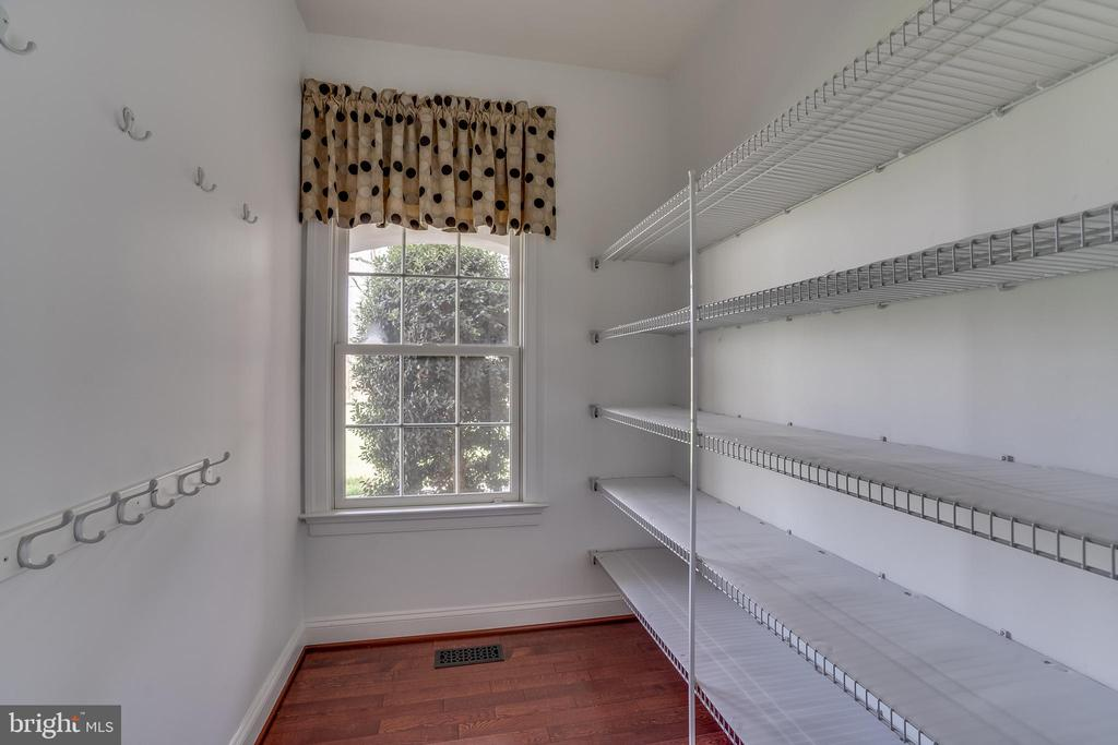 Dream Pantry - 22441 BEAVERDAM DR, ASHBURN