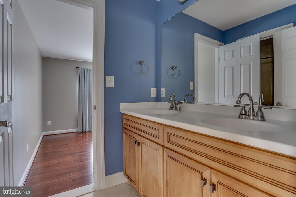 Beautiful Full Bath - 22441 BEAVERDAM DR, ASHBURN