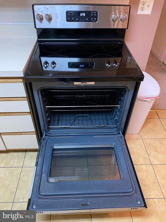 New stove/oven in kitchen! - 13970 BIG YANKEE LN, CENTREVILLE