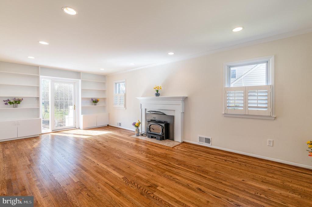 Living Room has  direct door access to bkyd - 8522 CYRUS PL, ALEXANDRIA