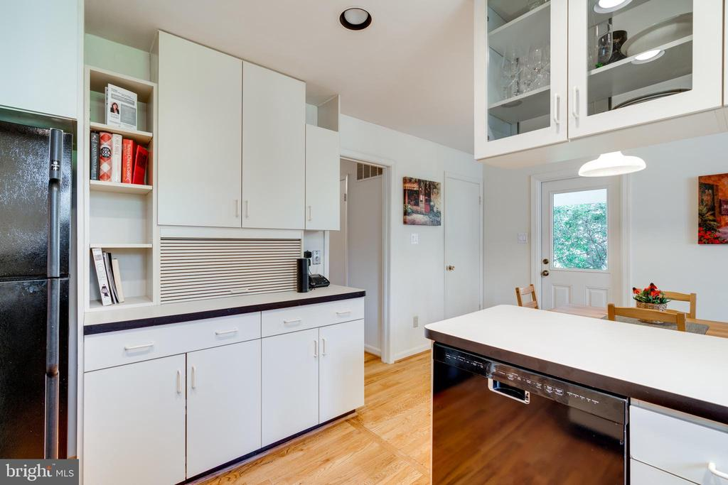Plenty of Counter and Cabinet Space - 8800 TRAFALGAR CT, SPRINGFIELD