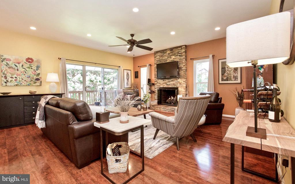 FAMILY ROOM OFF KITCHEN - 20693 LONGBANK CT, STERLING
