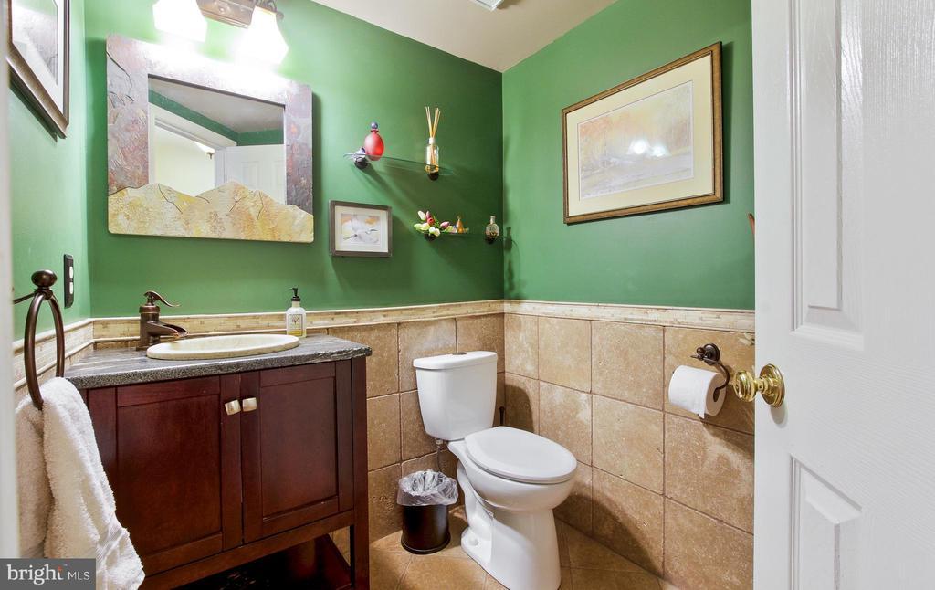 Updated Half Bath on Main floor! - 20693 LONGBANK CT, STERLING